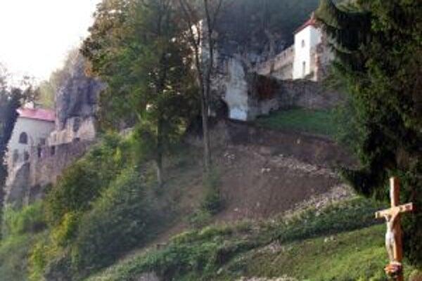 Areál starobylého kláštora na Skalke pri Trenčíne. Ilustračná fotografia.