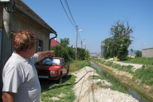 Hrádzu potoka síce zvýšili, no problém to nevyriešili, hovorí aj miestny obyvateľ Vladimír Zajac.