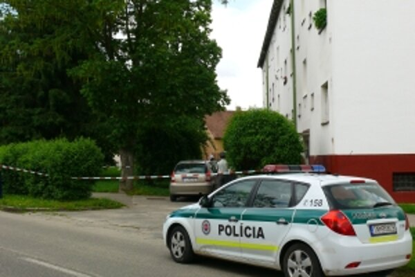 Muž zaútočil na svoju bývalú družku pred týmto domom, neďaleko pošty v Dubnici nad Váhom.
