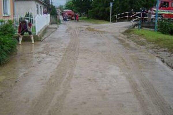 V obci Podolie ľudia bojovali s nánosmi bahna.
