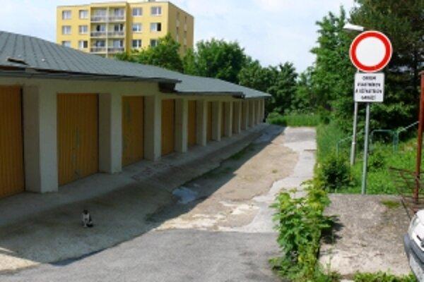 Obyvatelia činžiaka prišli výstavbou 12 garáží o 14 parkovacích miest. Stavitelia garáží im nové nevybudovali, hoci podľa dohody s mestom mali.