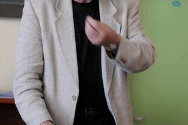 Bývalý dekan Daniel Bánoci mal dostať odmenu tritisíc eur. Tvrdí, že peniaze odmietol. Na škole učí ďalej.