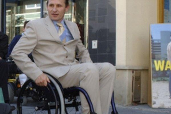 Bez výťahu, či nájazdovej rampy sa ľudia na vozíku do budovy nedostanú