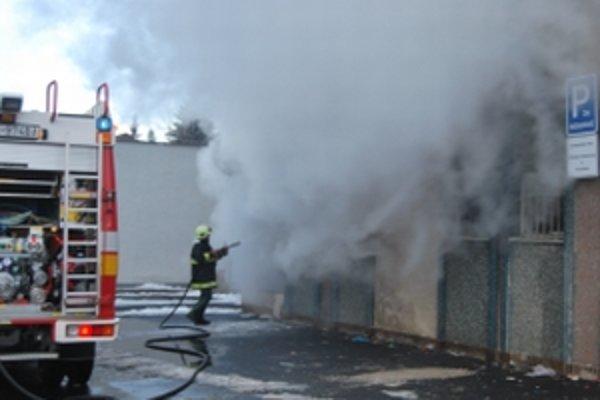 Zo zničenej sauny sa valil hustý dym
