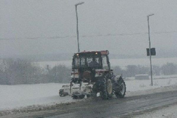 So snehom ešte pred pár dňami bojovali aj traktory s radlicami.