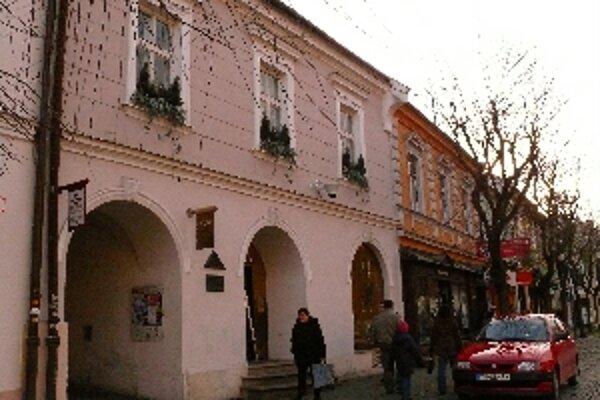 Televízia sídli v historickej budove v centre mesta