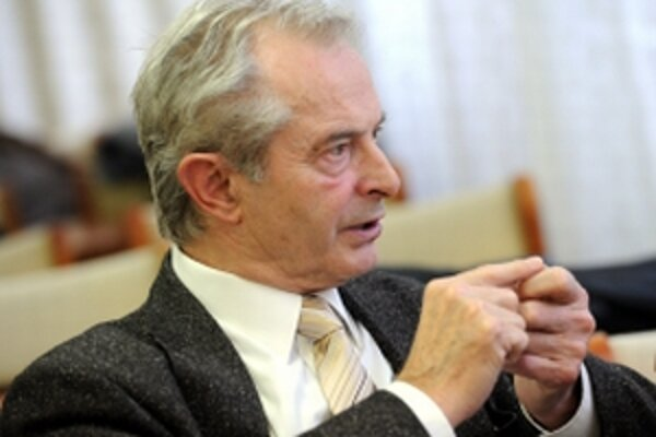 Akademický senát Trenčianskej univerzity Alexandra Dubčeka v Trenčíne zvolil súčasného prorektora Ivana Kneppa (na snímke) za zastupujúceho rektora školy