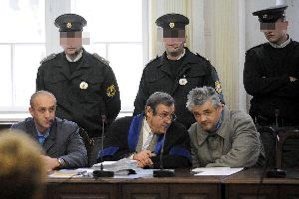 Róbert Č. (vľavo dole) a Ľubomír K. (vpravo dole) v pojednávacej miestnosti Krajského súdi v Trenčíne.