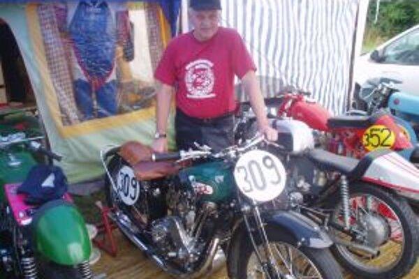 Vlani priešiel do Nového Mesta nad Váhom na najstaršej motorke Lubomír Hojgr. Jeho B.S.A. zložil za 600 hodín z vraku.