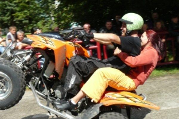 Tí odvážnejší diváci si vyskúšali jazdu na motorke.