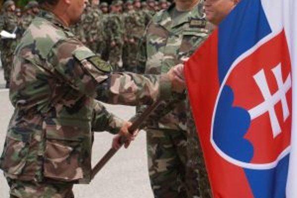 Končiaci veliteľ pozemných síl slovenskej armády Milan Maxim odovzdáva vlajku náčelníkovi Generálneho štábu OS SR Ľubomírovi Bulíkovi. Ten ju v trenčianskych kasárňach následne odovzdal novému veliteľovi Jaroslavovi Vývlekovi (v pozadí).