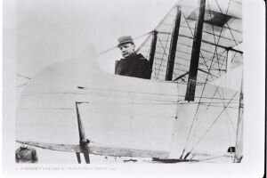 Milan Rastislav Štefánik v lietadle na francúzskom fronte v roku 1915.