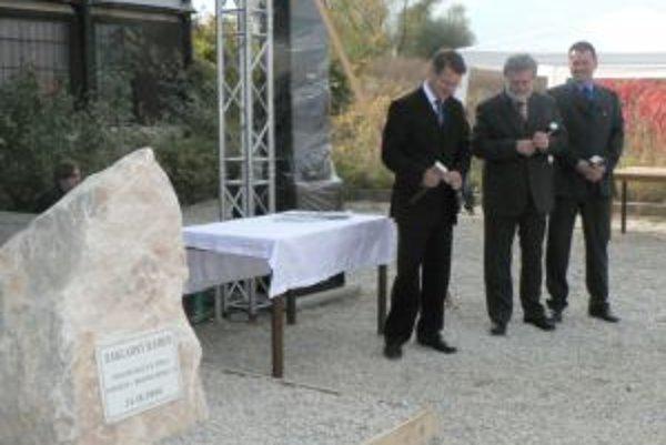Primátor Celler (vľavo) a župan Sedláček (v strede) základný kameň parku v Trenčíne poklepávali ešte v roku 2006.