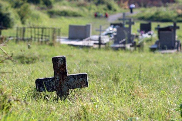 O rómsky cintorín v Podskalke sa starajú nielen Rómovia, ale aj Technické služby mesta Humenné.