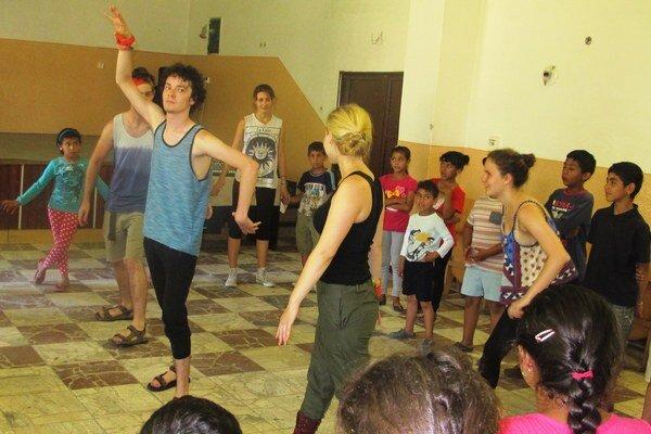 Herci z New Yorku zapojili pohybové etudy do zoznamovacieho programu v prvý deň divadelnej dielne.