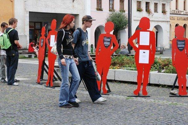 Putovná výstava v roku 2007 poukazovala na násilie v partnerských vzťahoch a pripomínala osudy žien, ktoré zahynuli rukami svojich manželov, priateľov a partnerov. Na vystavených figúrach boli opísané skutočné príbehy s tragickým koncom.
