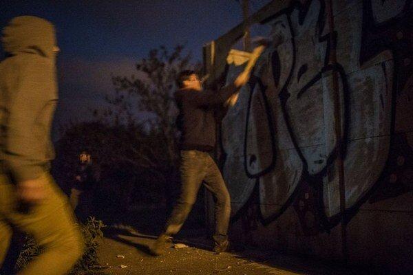 Aktivisti ničia spornú stavbu.
