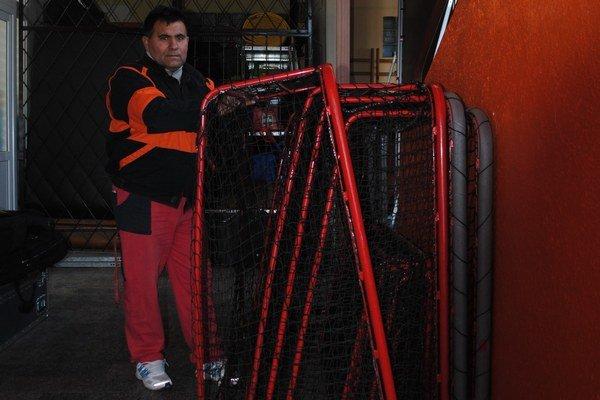 Roman Pecha pracoval v škole ako údržbár.