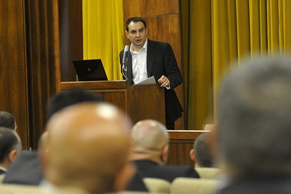 Splnomocnenec vlády SR pre rómske komunity Peter Pollák počas stretnutia s rómskymi starostami.