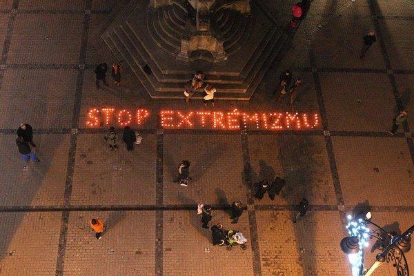 Sviečky v Banskej Bystrici zapálili už po zvolení Mariana Kotlebu.