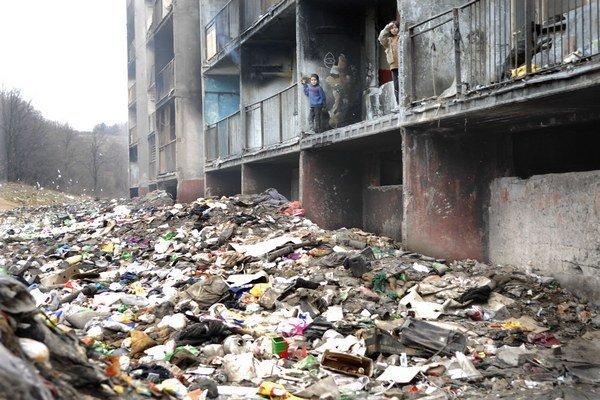 Lunik IX. Do boja s kopami odpadkov chcú nasadiť vlastný bager.