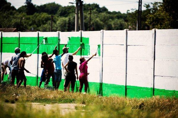 Maľovanie múru vo Veľkej Ide.