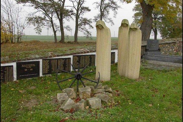 Pamätník v Miroviciach, kde je pochovaná väčšina obetí z tábora Lety.