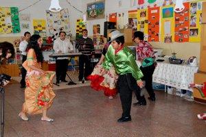 NácvikPriestor pre nácviky tanečného súboru Khamoro si vytvoria tak, že odložia stoly a stoličky