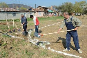 Rómovia z osady si sami stavajú domy.