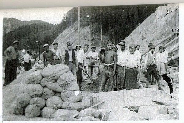 Práce na stavbe trate a tunela boli mimoriadne náročné. Stalo sa tu viac ako 2 000 úrazov, z nich 35 smrteľných.