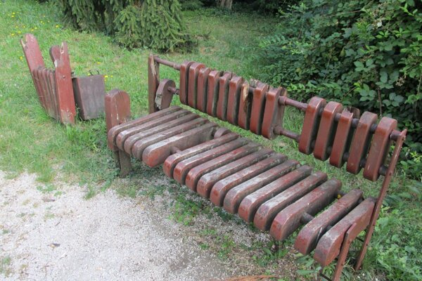 Takto vyzerajú lavičky a odpadové koše v mestských parkoch.