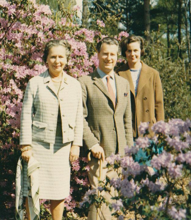Ian Cameron (v strede) so svojou manželkou Mary Fleur (vpravo).