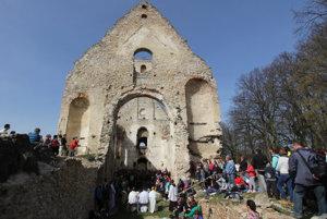 Po omši pútnikov na čakala návšteva ruín kláštora s odborným výkladom dobrovoľníkov.