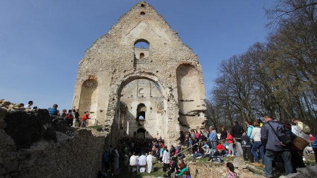 Po omši na pútnikov čakala exkurzia v ruinách kláštora s odborným výkladom od  dobrovoľníkov.