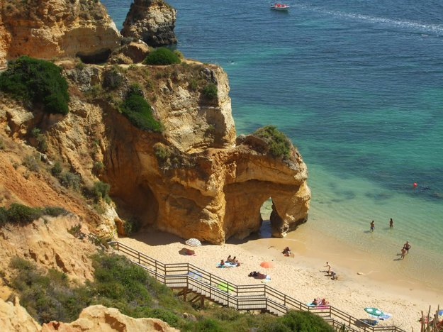 K popularite regiónu Algarve prispievajú krásne piesočné pláže.