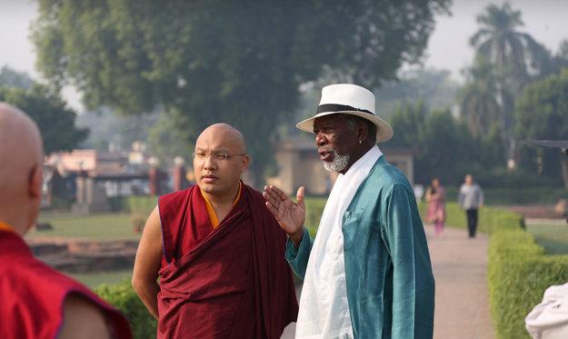 Morgan Freeman sa rozpráva s jeho sviatosťou 17. reinkarnáciou Karmapa. Bódhgaja, India.