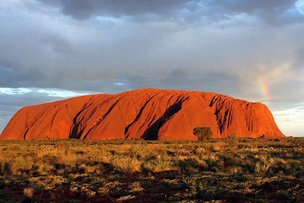 Uluru v Austrálii bude celý rok po zotmení dopľňať svetelná inštalácie Field of Light.