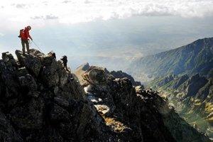 Niektoré túry vo vysokých Tatrách vyžadujú kondíciu a dôkladné istenie.
