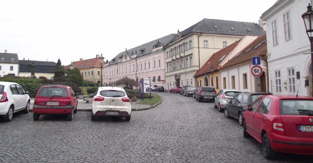 Autá na hradnom kopci.