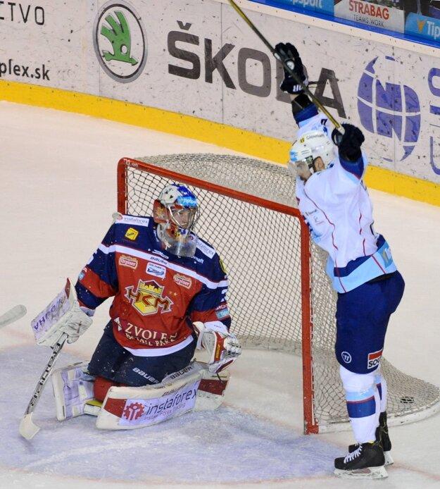 David Laliberté z Nitry sa teší zo svojho gólu pred bránkou so Samuelom Barošom zo Zvolena.