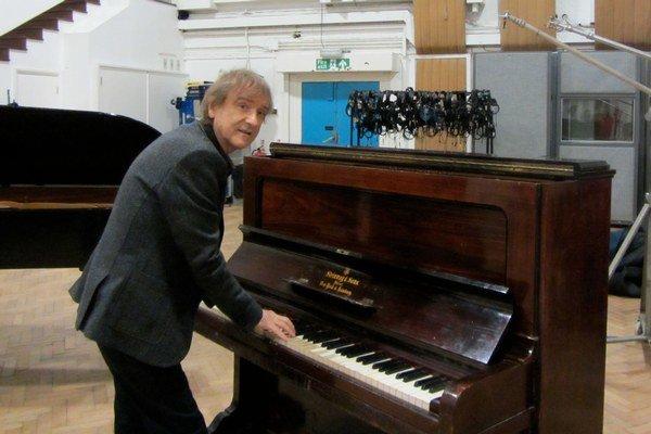 Žbirka hrá v štúdiu Abbey Road na nástrojoch, ktoré patrili Beatles.