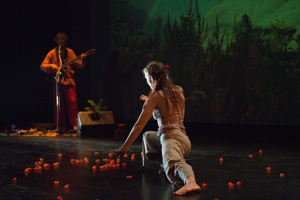 V hudobno-tanečnej performancii Pre  Gaiu vytvorili vizuálne nezvyčajné spojenie pohybu, projekcie a zvukovej improvizácie.