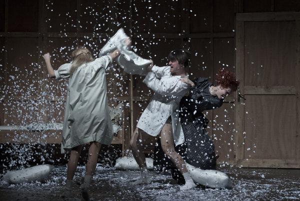 Kde sú hranice detskej bezstarostnosti? Bergmanovskú otázku si položil režisér Marián Amsler vSND. Na snímke Táňa Pauhofová ako Fanny, Daniel Fischer ako Alexander aDominika Kavaschová vúlohe pestúnky Maje.