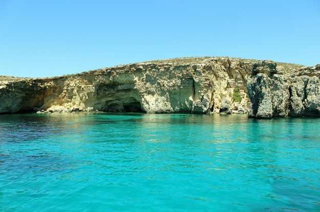 Malta má krásne skalné pobrežie plné tichých lagún.