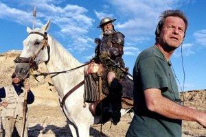 Terry Gilliam (vpravo) začínal film Muž, ktorý zabil Dona Quijota nakrúcať so Jeanom Rochefortom (na koni) a Johnnym Deppom.