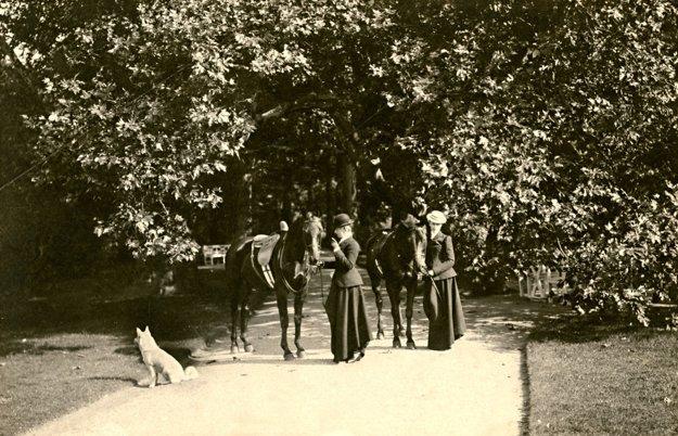 Asi rok 1909. Dcéra Erzsi Windischgrätz na návšteve s manželom.