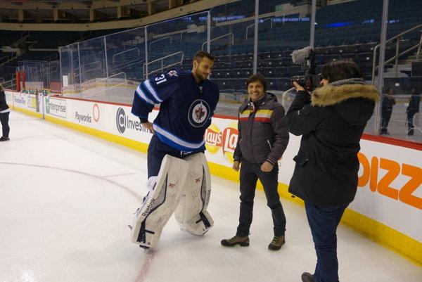 Jaro Vojtek a brankár Ondřej Pavelec z Winnipegu pri nakrúcaní filmu Sezóna za vodou.