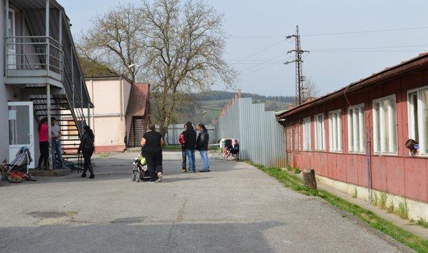 Obyvatelia Kotvy IV pracujú a platia si nájomné.