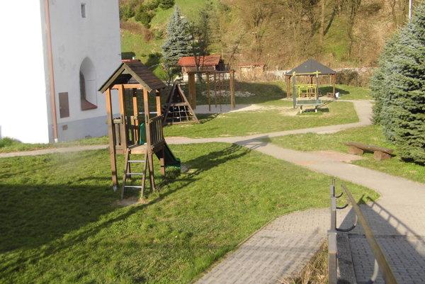 Komunitný park pri kostole by mali opraviť ešte tento týždeň.