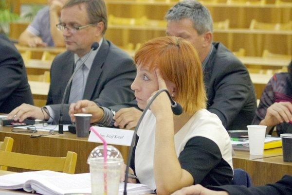 Pri schvaľovaní nájmu dala poslankyňa Jana Veličová pozmeňujúci návrh.